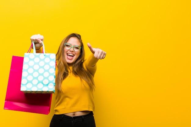Giovane donna graziosa con i sacchetti della spesa Foto Premium