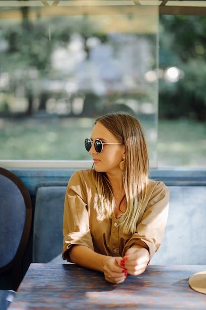 Giovane donna graziosa in caffetteria Foto Gratuite