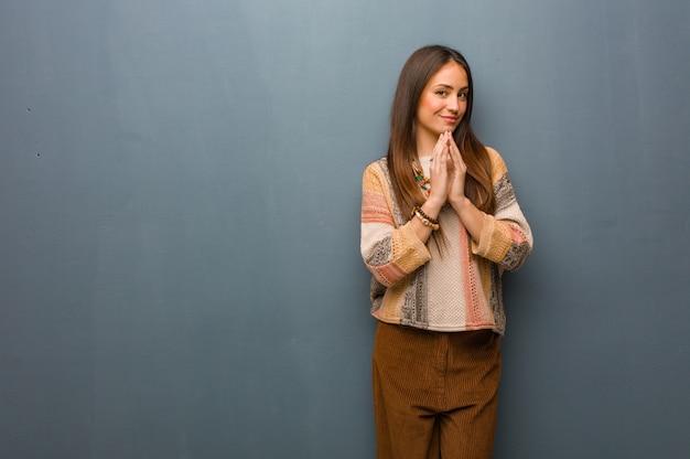 Giovane donna hippie che idea un piano Foto Premium