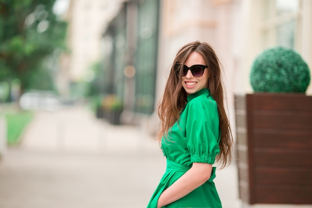 Giovane donna in città Foto Premium