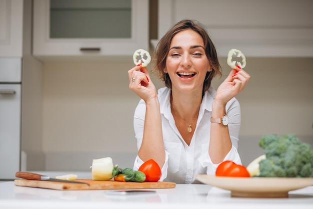 Giovane donna in cucina cucinare la colazione Foto Gratuite