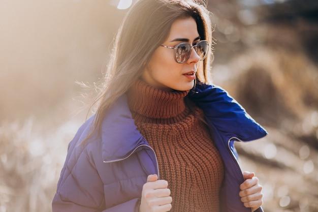Giovane donna in giacca blu fuori nel parco Foto Gratuite