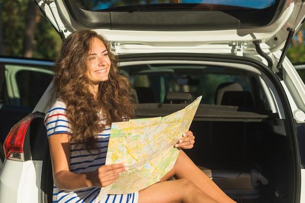 Giovane donna in un viaggio in auto Foto Gratuite