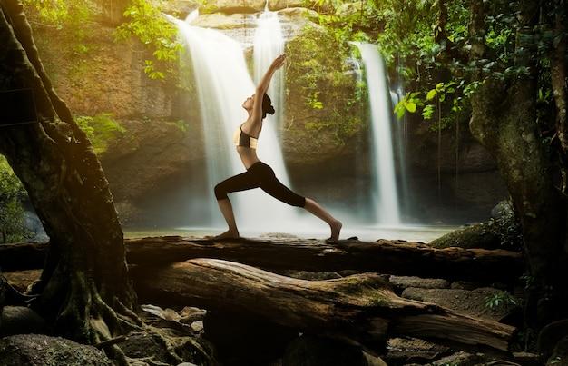 Giovane donna in una posa yoga Foto Premium