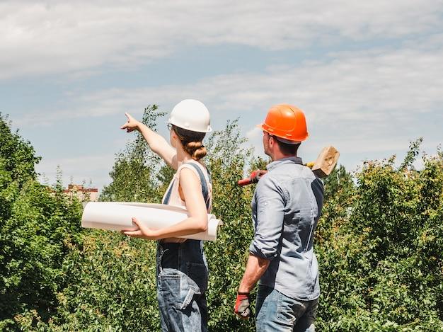 Giovane donna ingegnere e il suo lavoratore subordinato Foto Premium