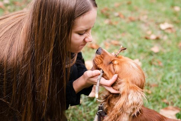 Giovane donna innamorata del suo cane Foto Gratuite
