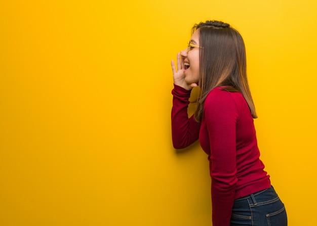 Giovane donna intellettuale che bisbiglia sottovoce di gossip Foto Premium