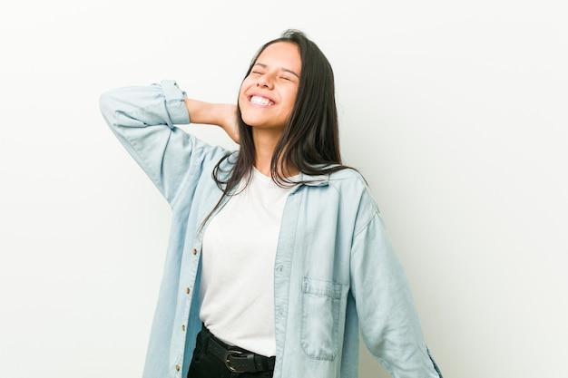 Giovane donna ispanica ballare e divertirsi. Foto Premium