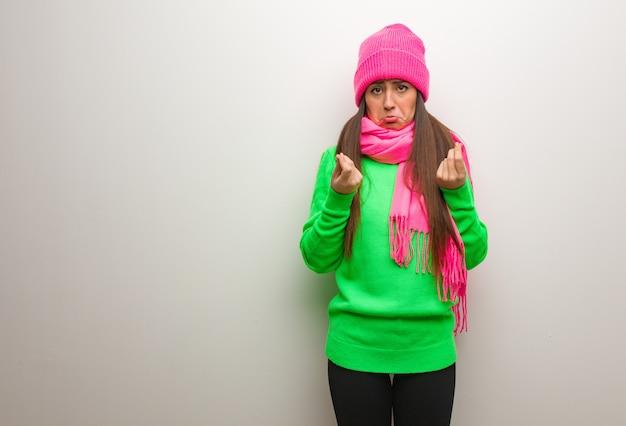 Giovane donna moderna che fa un gesto di bisogno Foto Premium