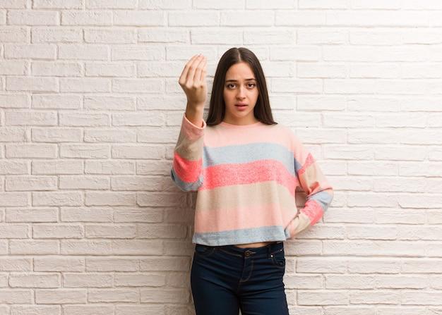 Giovane donna moderna che fa un tipico gesto italiano Foto Premium