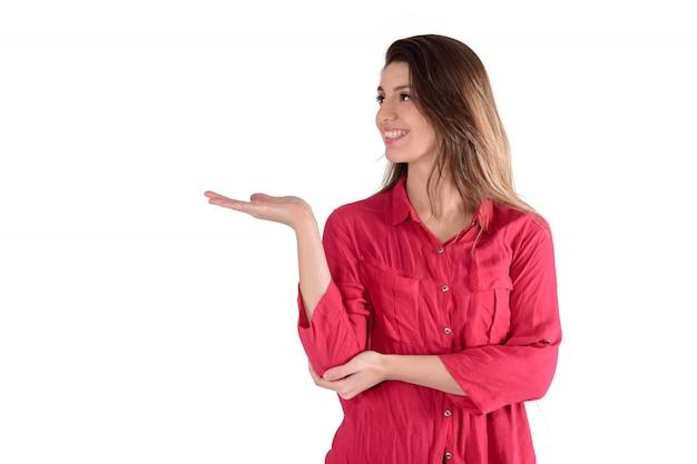 Giovane donna mostrando qualcosa. Foto Premium