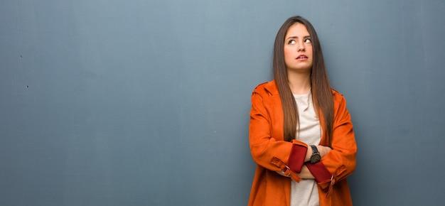 Giovane donna naturale stanca e annoiata Foto Premium