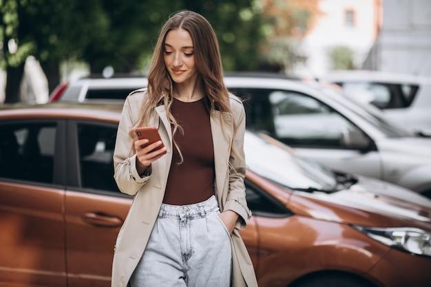 Giovane donna nel centro della città con il telefono Foto Gratuite
