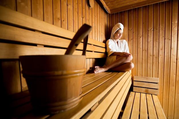 Giovane donna nella sauna Foto Premium