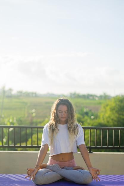 Giovane donna pratica dello yoga Foto Gratuite