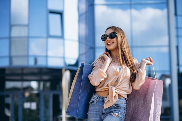 Giovane donna presso il centro commerciale Foto Gratuite
