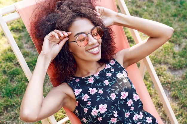 Giovane donna rave mista felice con i capelli ricci ...