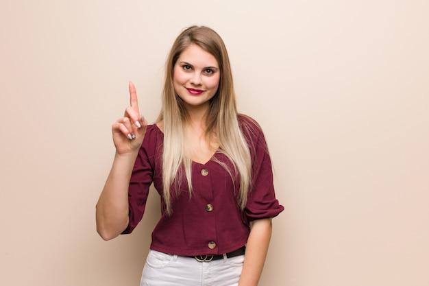 Giovane donna russa che mostra numero uno Foto Premium