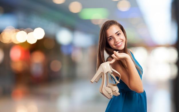 Giovane donna shopping con i tacchi alti nel centro commerciale Foto Gratuite