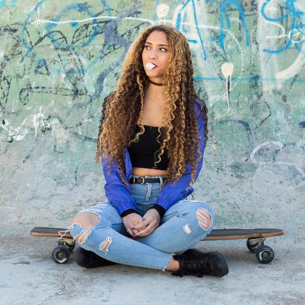 Giovane donna skater urbano Foto Gratuite