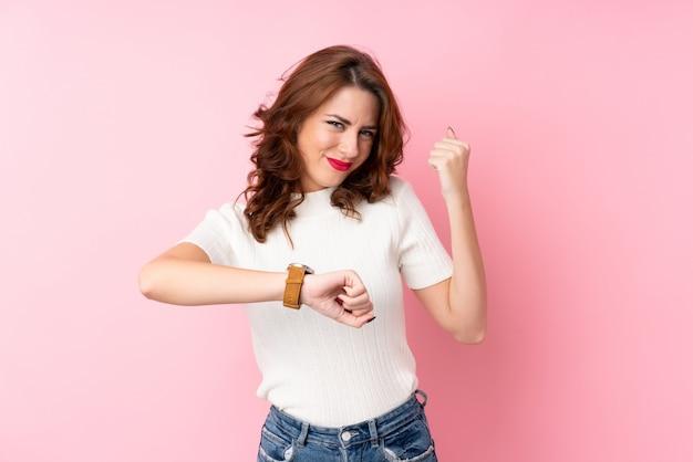 Giovane donna sopra la parete rosa isolata Foto Premium