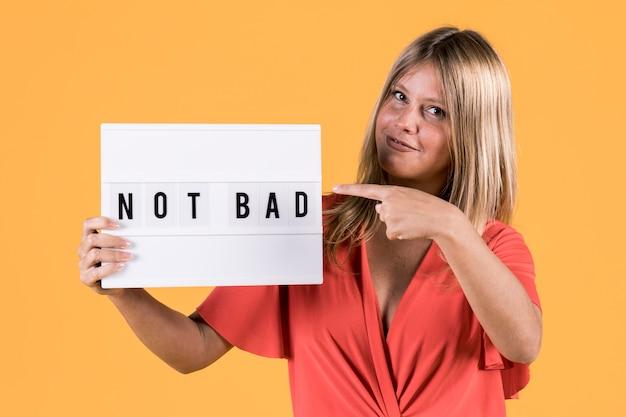 Giovane donna sorda che indica sul testo della scatola leggera non male Foto Gratuite