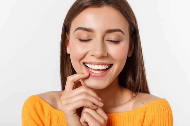 Giovane donna sorridente amichevole con il bello ritratto del fronte Foto Premium