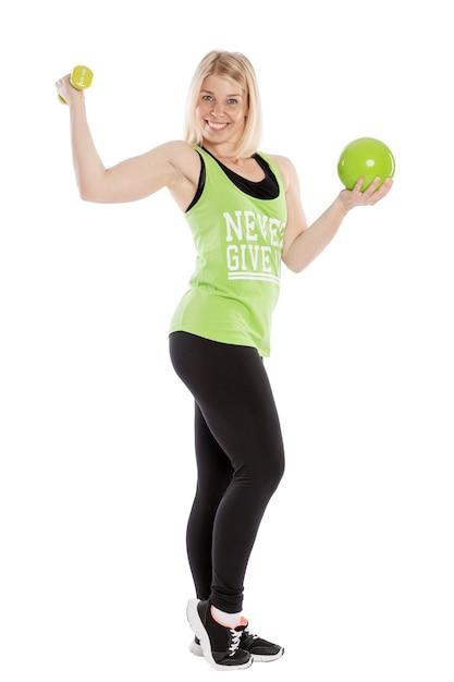 Giovane donna sorridente in abiti sportivi con manubri. lezioni di aerobica. isolato su sfondo bianco Foto Premium