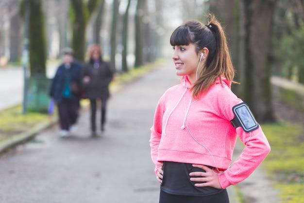 Giovane donna sportiva che riposa dopo attività di fitness. Foto Premium