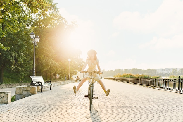 Giovane donna su sfondo di natura con bici Foto Gratuite
