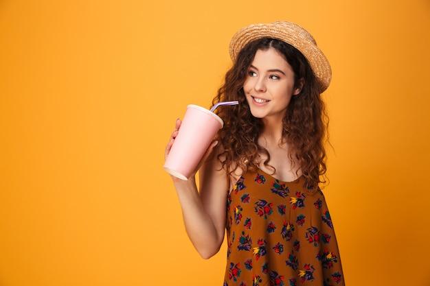 Giovane donna sveglia che beve acqua dolce aerata. Foto Premium