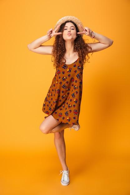 Giovane donna sveglia che mostra gesto di pace. Foto Premium