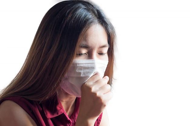 Giovane donna tailandese cinese asiatica che indossa maschera respiratoria per proteggere la polvere e il fumo nell'aria di inquinamento, concetto di sanità Foto Premium