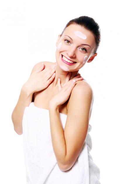 Giovane e bella donna felice rilassante nella spa Foto Gratuite