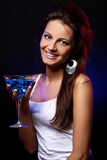 Giovane e bella donna in discoteca Foto Gratuite