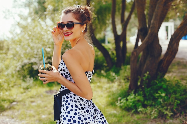 Giovane e bella ragazza in un parco estivo Foto Gratuite