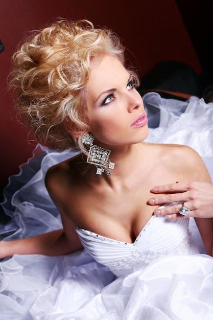 Giovane e bella sposa in abito da sposa Foto Gratuite