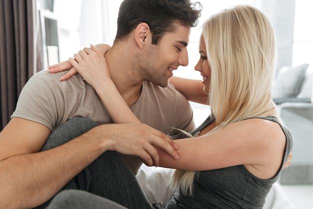Giovane e donna che flirtano e che abbracciano a letto Foto Gratuite