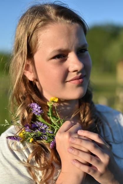 Giovane famiglia amichevole con i bambini che riposano di estate in natura Foto Premium
