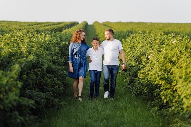 Giovane famiglia che osserva mentre camminando nel giardino Foto Gratuite