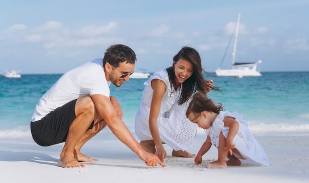 Giovane famiglia con daugher piccolo in vacanza sull'oceano Foto Gratuite