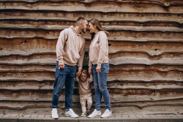 Giovane famiglia con il loro piccolo bambino nel parco Foto Gratuite
