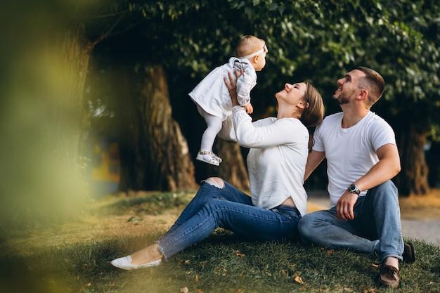 Giovane famiglia con la loro piccola figlia in autunno parco Foto Gratuite