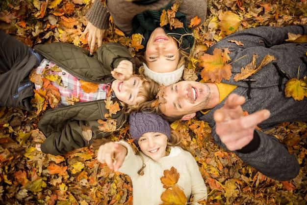Giovane famiglia sorridente che fa i cerchi capi Foto Premium