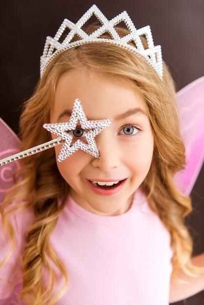 Giovane fata in una camicia rosa con ali rosa. Foto Premium