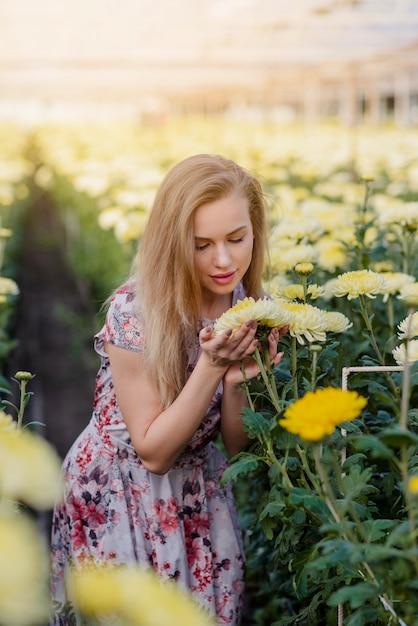 Giovane femmina che cerca i fiori Foto Gratuite