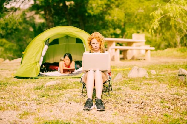 Giovane femmina che lavora al computer portatile in rurale Foto Gratuite