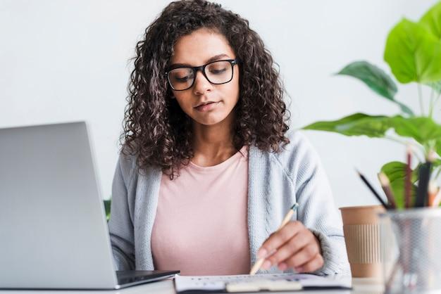 Giovane femmina seria che lavora nell'ufficio Foto Gratuite
