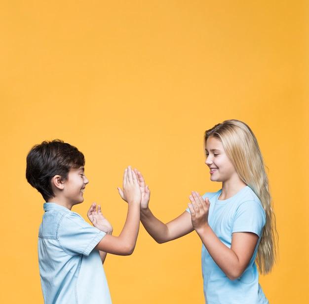 Giovane fratello giocando con copia-spazio Foto Gratuite