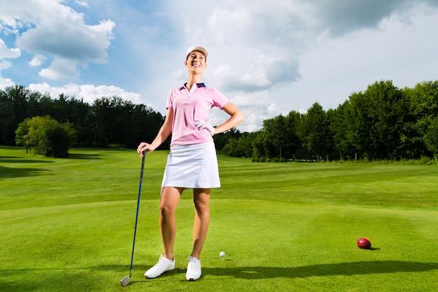 Giovane giocatore di golf femminile sul corso Foto Premium